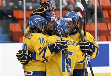 Swedes scramble to 2-1 win